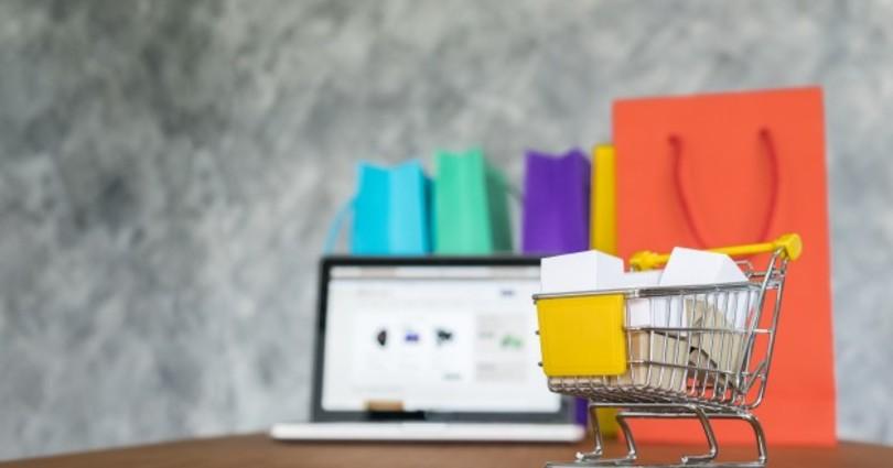 Portatil y bolsas de la compra concepto de compras en linea 1423 189